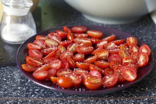 Салат с нутом и колбасой - фото шаг 6