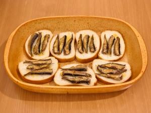 Запеченные бутерброды со шпротами - фото шаг 3