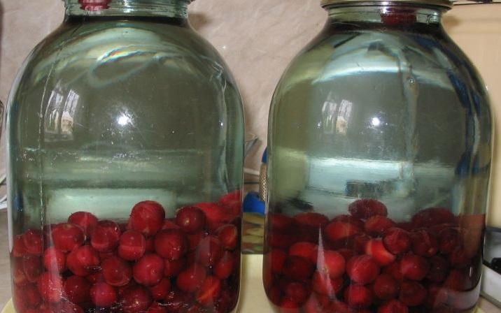 Компот из вишни с косточками на зиму - фото шаг 3