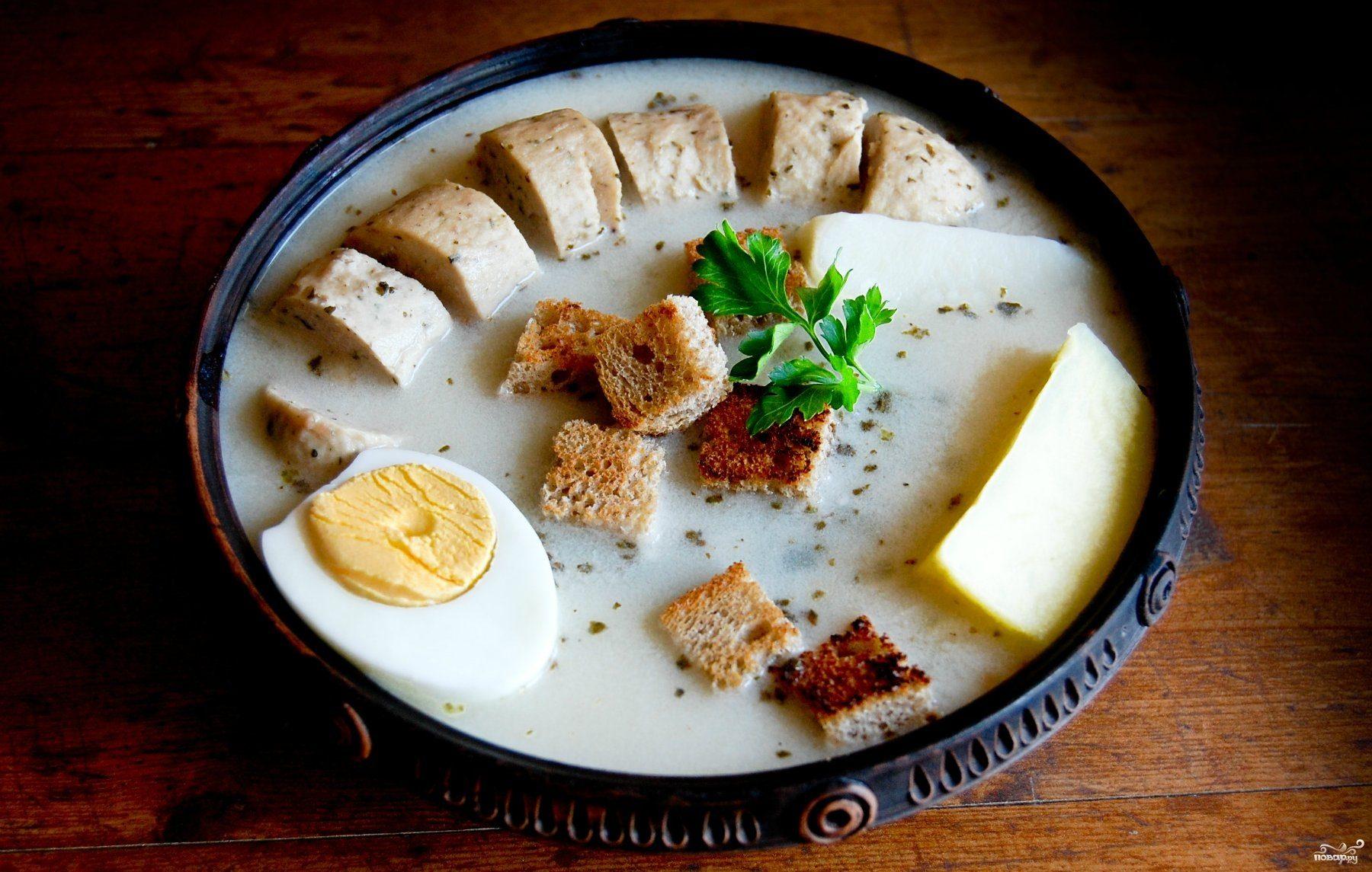 Белый польский борщ с колбасками и яйцом