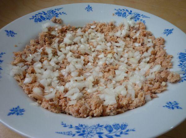 Салат с горбушей и сыром - фото шаг 2