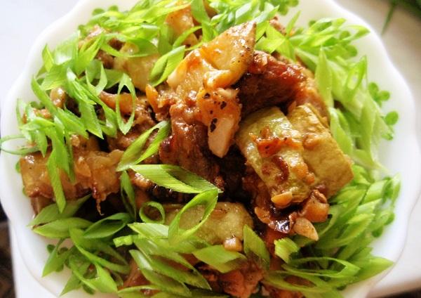 Тушеная свинина с кабачками в сковороде - фото шаг 6