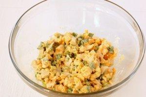 Салат из сыра с чесноком - фото шаг 7