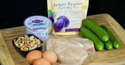 Рецепт Салат с курицей, черносливом и огурцами