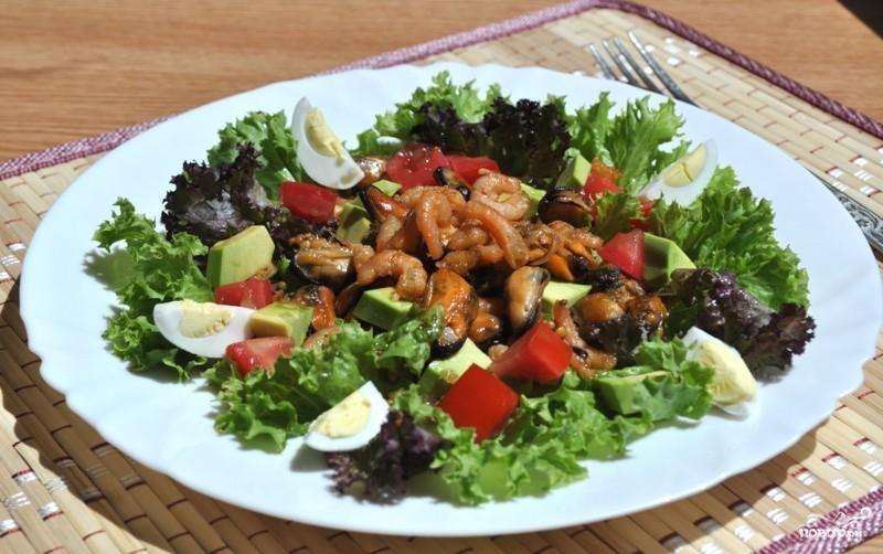 Салат с мидиями и креветками