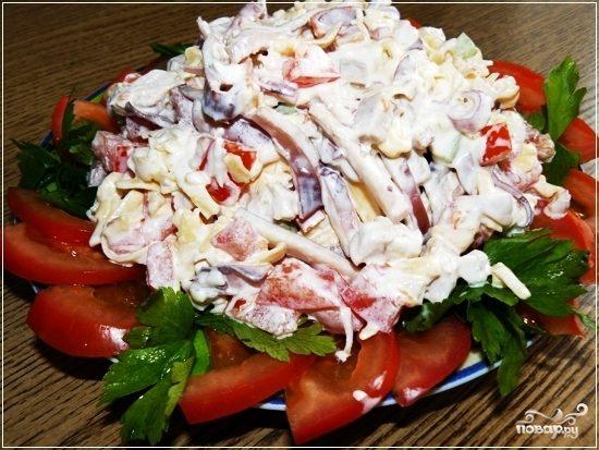 Рецепт Салат из кальмаров с помидорами