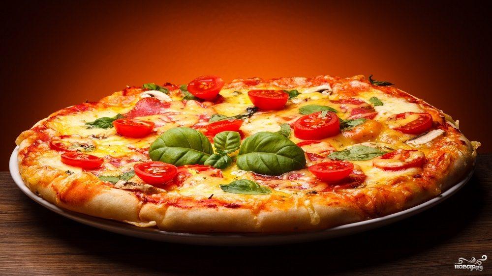 Рецепт Пицца в домашних условиях с колбасой, сыром и помидорами