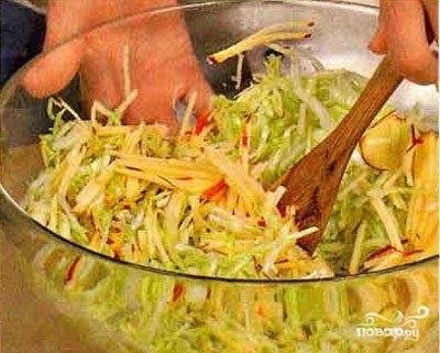 Капустный салат с яблоками - фото шаг 2