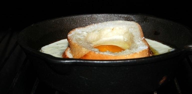 Яичница в хлебе в духовке - фото шаг 4