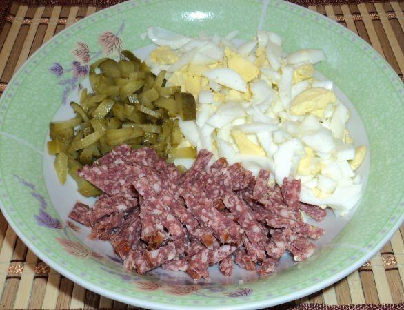 Салат с фасолью огурцом и колбасой и сухариками