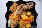Свиные ребрышки, тушеные с овощами
