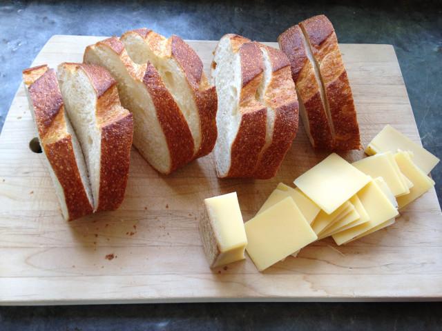 Горячие бутерброды с ветчиной и сыром - фото шаг 2