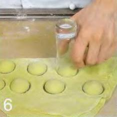Зелёные пельмени с лососем - фото шаг 6
