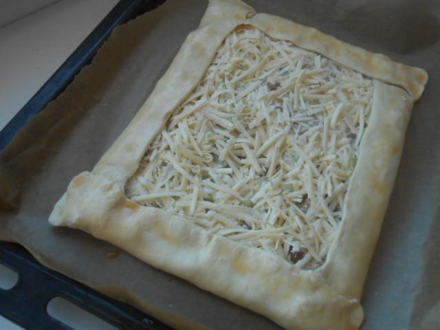 Слоеный пирог с грибами, сметаной и сыром - фото шаг 4