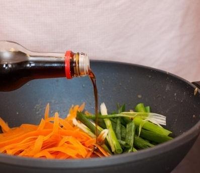 Скумбрия с морковью и луком - фото шаг 3