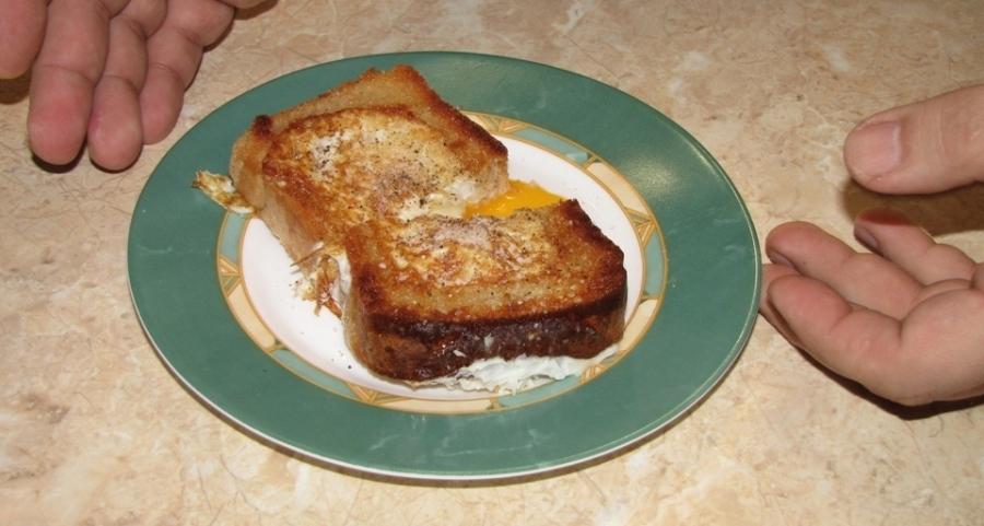 Бутерброд с яйцом на сковороде - фото шаг 5