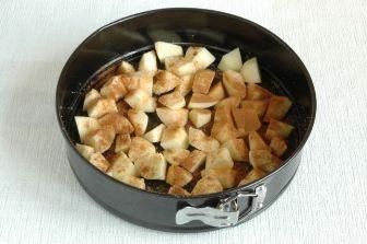 Шарлотка со сгущенкой и яблоками - фото шаг 4