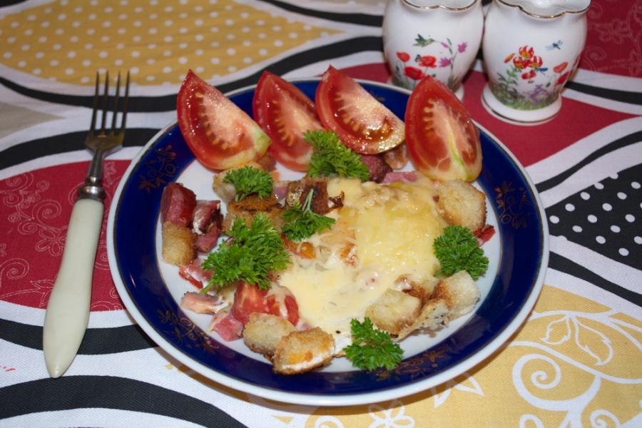 Яичница с колбасой и хлебом - фото шаг 5