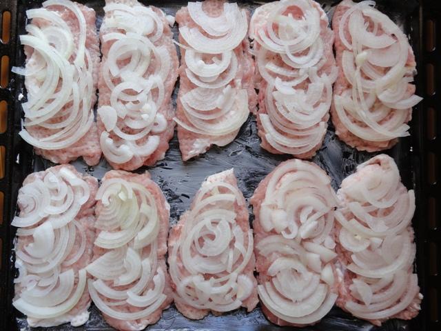 Мясо по-французски с луком и сыром - фото шаг 4