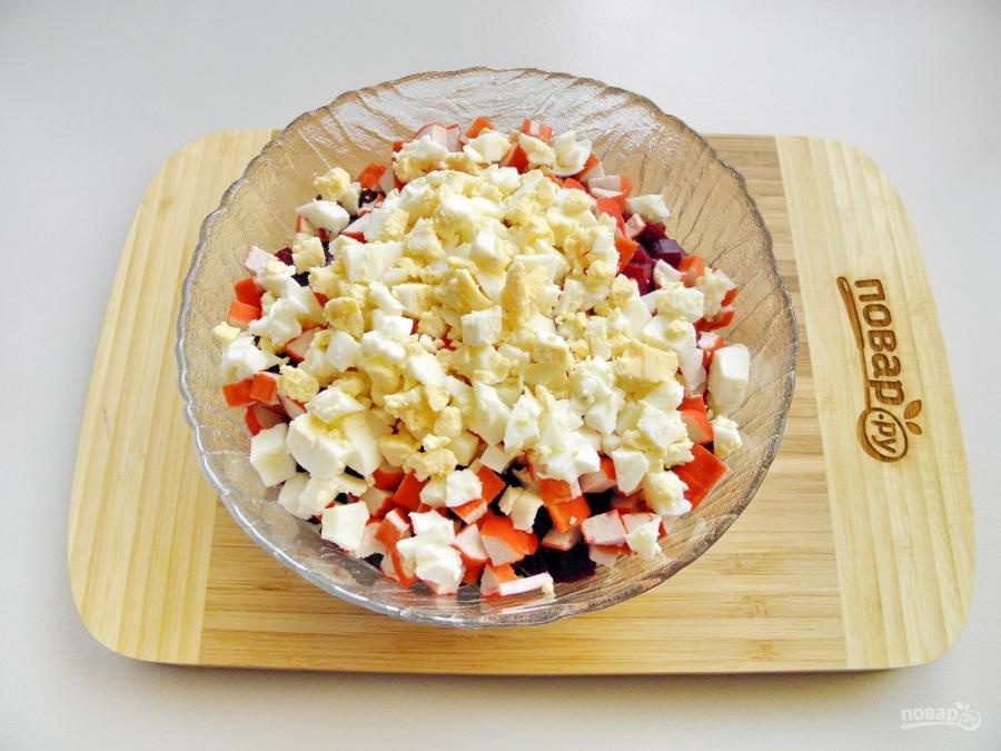 Приготовить салат из крабовых палочек с