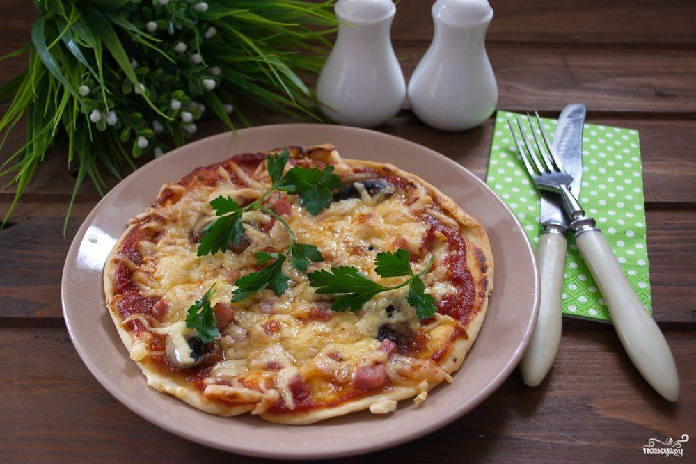 Пицца с шампиньонами, колбасой и сыром