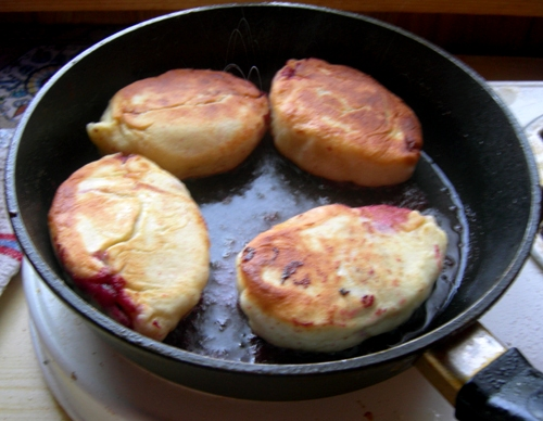 Пирожки с вишней на сковороде - фото шаг 7