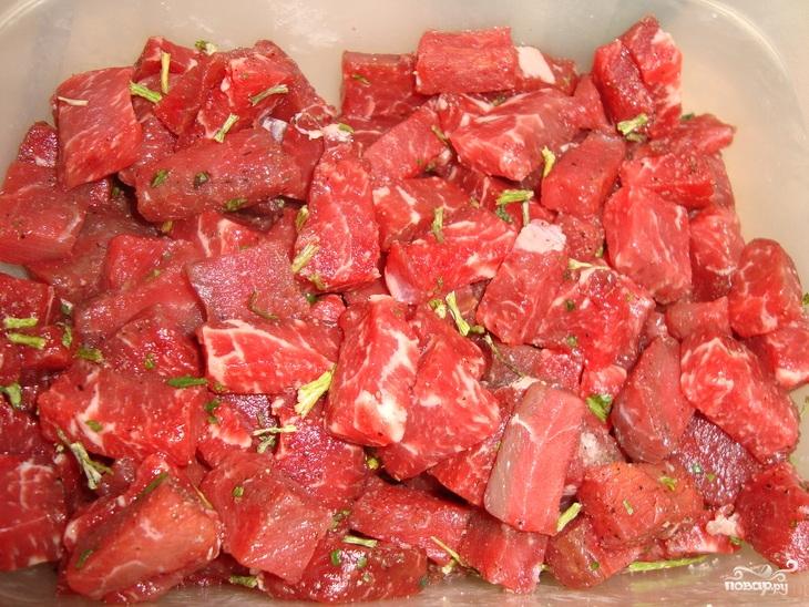 Мясо с черносливом в горшочках - фото шаг 2