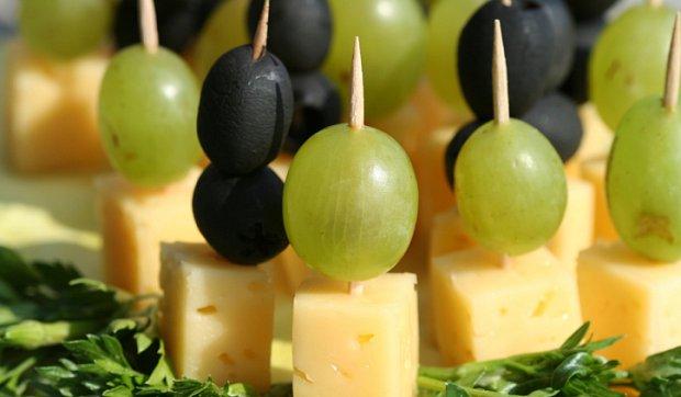 Рецепт Канапе с сыром и виноградом