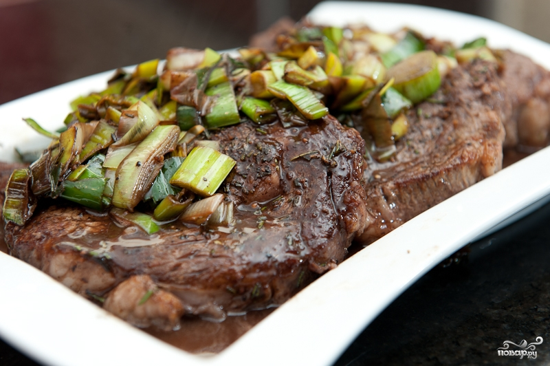 Стейк из говядины на сковороде - фото шаг 10