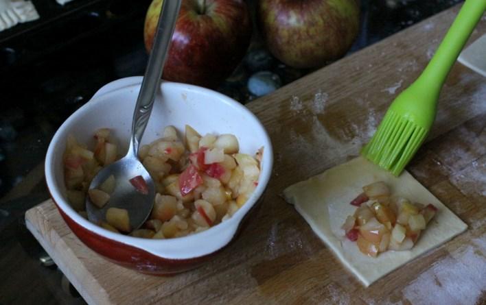 Пирожки из слоёного теста с яблоками - фото шаг 2