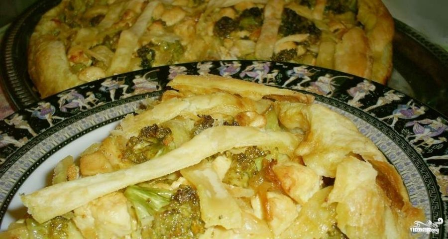 Слоеный пирог с курицей и брокколи