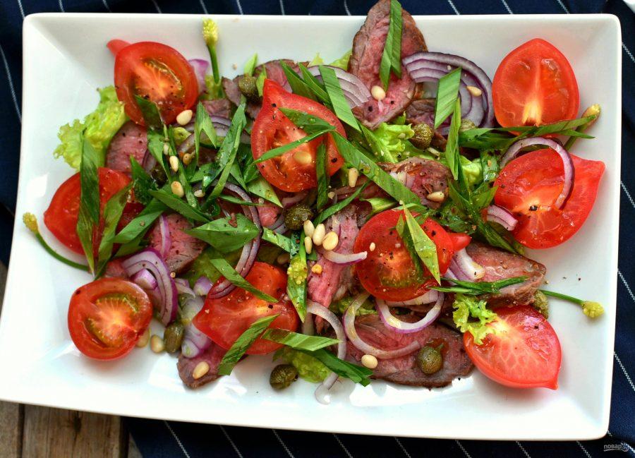 Салат с помидорами, говядиной-гриль и трюфельным маслом