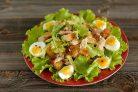 Салат Цезарь с курицей и перепелиными яйцами
