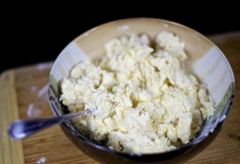 Тесто для пирогов на кефире без дрожжей - фото шаг 2