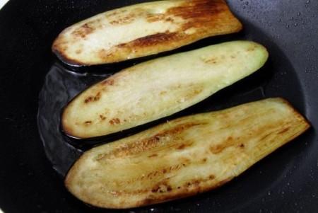 Вкусные рулетики из баклажанов с сыром - фото шаг 3