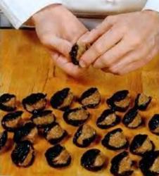 Закуска из чернослива со взбитой сметаной - фото шаг 2