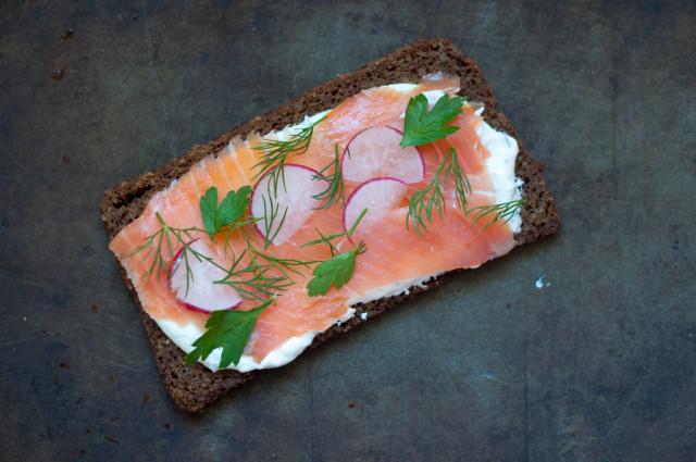 Бутерброды с копченым лососем - фото шаг 5