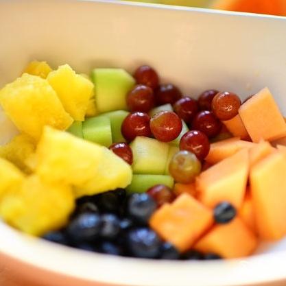 Ананасовые лодочки с фруктами - фото шаг 7