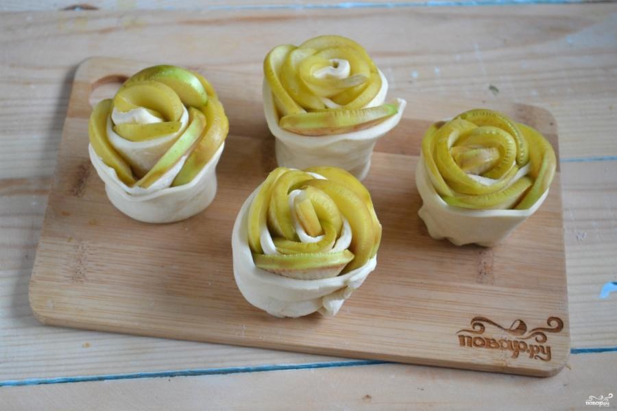 Розочки из слоеного теста с яблоками - фото шаг 5