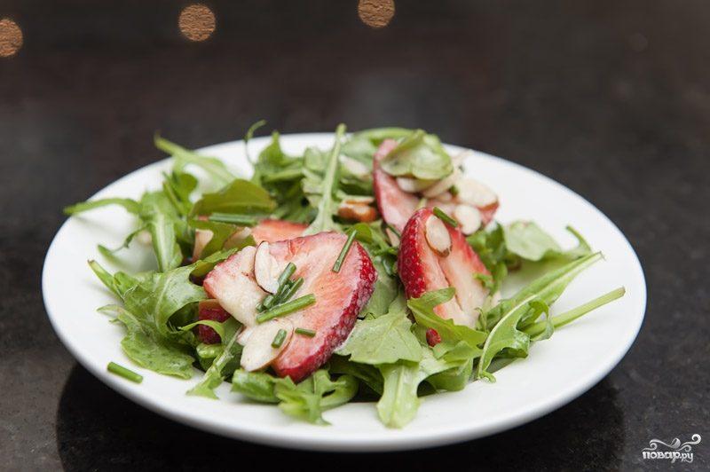 Салат с клубникой и рукколой