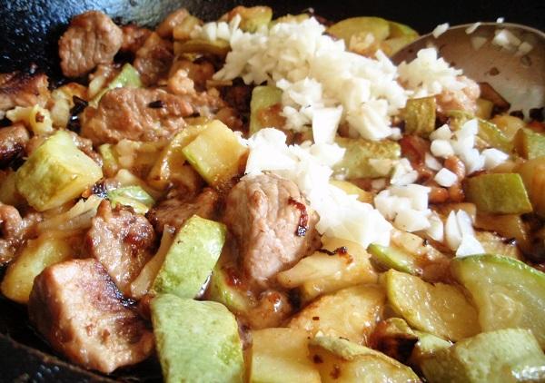Тушеная свинина с кабачками в сковороде - фото шаг 5