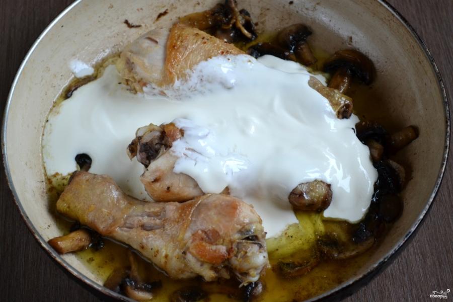 Курица с грибами в сметанном соусе - фото шаг 5