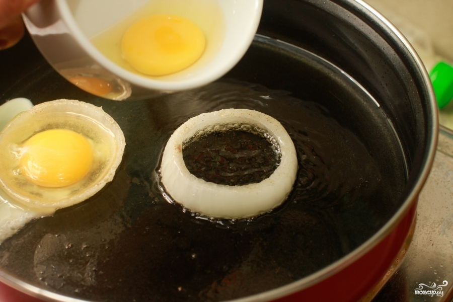 Яйца в луковых кольцах - фото шаг 5