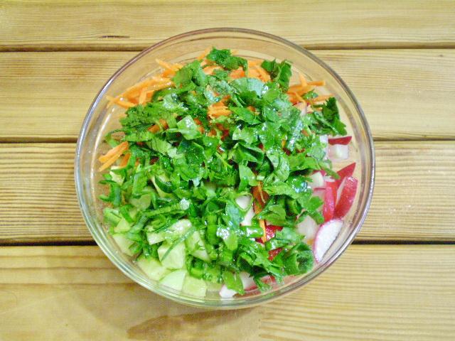Салат из зелени и овощей - фото шаг 7