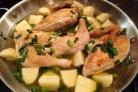 Курица с картошкой, тушенная в сковороде