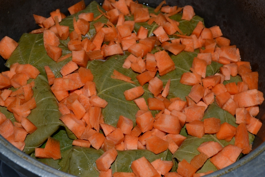 Рагу с листьями фаршированными курицей и опятами - фото шаг 8