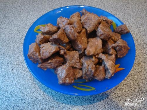 Говядина с черносливом в горшочке - фото шаг 2