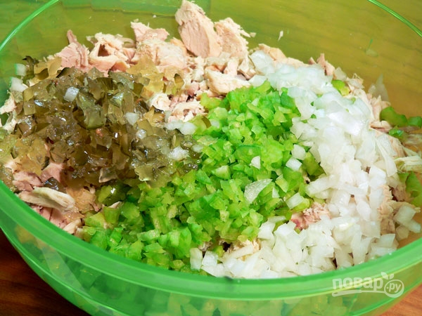 Салат из куриной грудки и сельдерея простой