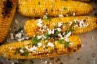 Жареная на гриле кукуруза с беконом и сыром