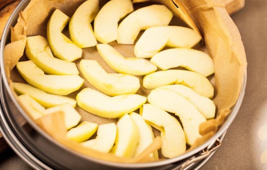 Шарлотка с яблоками и лимоном - фото шаг 3